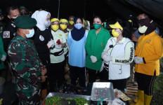 Ketum Dharma Pertiwi Salurkan Bantuan untuk Warga Terdampak Banjir - JPNN.com