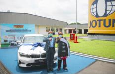 Pria Ini Beruntung Raih Mobil Mewah BMW Seri 3 dari Jotun - JPNN.com