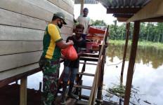 Satgas 413 Kostrad Distribusikan Bantuan Sembako Kepada Warga Terdampak Banjir - JPNN.com