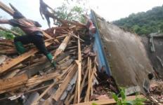 Ibu Hamil Ditemukan Meninggal Dunia Tertimbun Longsor di Nganjuk - JPNN.com