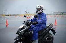 5 Perlengkapan yang Wajib Dibawa Bikers Saat Musim Hujan - JPNN.com