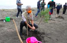 Warga Kendal Senang Pak Ganjar Bawa 1.200 Bibit Pohon Cemara - JPNN.com