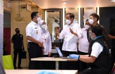 Jokowi Bareng Anies Sidak Vaksinasi Massal Pedagang di Pasar Tanah Abang - JPNN.com