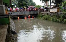 Berenang Saat Banjir, Dimas Hanyut Terbawa Arus Kali, Semoga Cepat Ketemu - JPNN.com