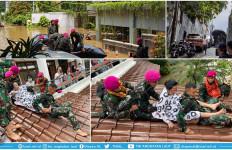 Detik-Detik Menegangkan Pasukan Marinir Mengevakuasi Lansia di Kemang - JPNN.com
