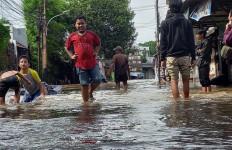 Banjir Landa Kemang, Rumah Pendiri Partai Emas Tergenang - JPNN.com