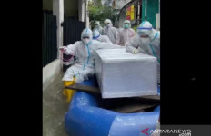Polisi Evakuasi dan Makamkan Jenazah Pasien Covid-19 yang Terjebak Banjir - JPNN.com