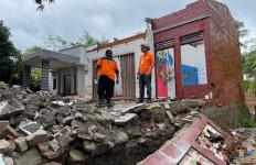 PT Pos Indonesia Salurkan BST kepada Korban Bencana Longsor di Purwakarta - JPNN.com