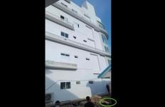 Diduga Terjun dari Lantai 5 Rumah Sakit, Pasien Positif Covid-19 Meninggal Dunia - JPNN.com