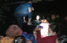 Prajurit Marinir TNI AL Bantu Evakuasi Korban Banjir di Jakarta - JPNN.com