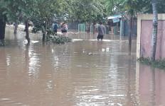 Lihat Nih, Perumahan Bumi Nasio Indah Bekasi Masih Terendam Banjir, Sudah 36 Jam! - JPNN.com