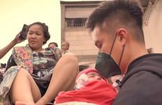 Luar Biasa, Baim Wong Bantu Evakuasi Bayi Korban Banjir - JPNN.com