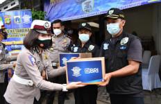 Korlantas Polri Salurkan 500 Paket Sembako untuk Korban Banjir Jakarta - JPNN.com