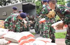 TNI AL Berangkatkan Satgas Penanggulangan Banjir ke Babakan Bekasi - JPNN.com