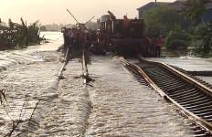Rel Terendam Banjir, PT KAI Batalkan Seluruh Keberangkatan Kereta Api Jarak Jauh Hari Ini - JPNN.com