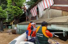 Tim Baznas Bazis Tanggap Bencana DKI Jakarta Bantu Warga Terdampak Banjir - JPNN.com