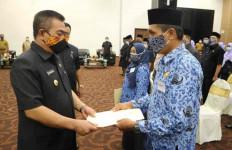 44 Honorer Terima SK PPPK, Wali Kota Cirebon: Niatkan untuk Pengabdian  - JPNN.com