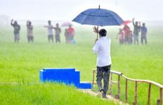 Diguyur Hujan, Jokowi Tinjau Pembangunan Lumbung Pangan di NTT - JPNN.com