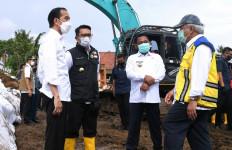 Jokowi Bagikan Bantuan saat Tinjau Tanggul Sungai Citarum yang Jebol - JPNN.com