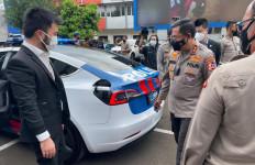 IMI Hibahkan Mobil Tesla untuk Patroli Korlantas Polri - JPNN.com
