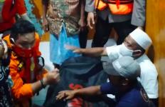Detik-Detik Penemuan Jenazah Mantan Kades yang Terseret Air Bah Bersama Mobilnya - JPNN.com