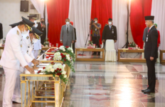 Lantik Para Kepala Daerah Terpilih, Ganjar: Kekuasaan Seorang Presiden pun Ada Batasnya - JPNN.com