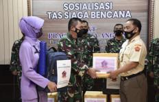 Ketua IKKT Cabang 10 Puspen TNI Berikan Bantuan Sosial Kepada Korban Banjir - JPNN.com