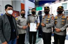 Viral Video Penegakkan Prokes di Bank BRI, Satpam Hasrudin Terima Penghargaan dari Polri - JPNN.com