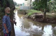 Jembatan Besi di Cipinang Melayu Ambruk, Pak Lurah: Sengaja Dipotong - JPNN.com