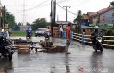 Ngeri, Jembatan Penghubung Tambun-Bekasi Nyaris Putus - JPNN.com