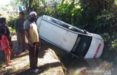 Ambulans Jatuh ke Sungai, 2 Orang Luka-luka - JPNN.com