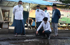 Setelah Salat Subuh, Bupati Arif Sugiyanto Pantau Jalan Rusak di Depan Pasar Petanahan - JPNN.com