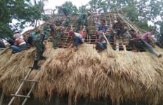 TNI Bersama Masyarakat Bangun Rumah Adat Suku Aumuti - JPNN.com