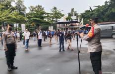 Siap! Bripka Winarso Berdiri Gagah di Depan Kombes Azis Andriansyah - JPNN.com
