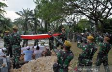 Prajurit TNI Korban MIT Dimakamkan dengan Upacara Militer di Pekanbaru - JPNN.com