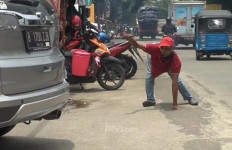 Lihat Tukang Parkir Itu, Dia Tak Mau Menyerah - JPNN.com