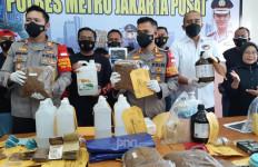 Detik-detik Polisi Gerebek Pabrik Ganja Sintetis Rumahan di Jakbar, Pelakunya Ternyata - JPNN.com