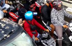 Teteh Berkerudung Hitam Berbuat Terlarang di Lampu Merah, Disuruh Turun Malah Kabur - JPNN.com