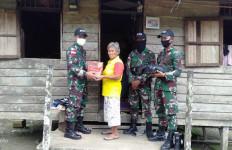Satgas Pamtas Yonif 642 Berikan Bantuan Sembako Kepada Warga - JPNN.com