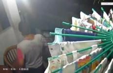 Viral, Pria ini Tertangkap CCTV Maling Pakaian Dalam Wanita - JPNN.com