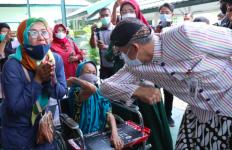 Sepanjang Hari Gibran Menemani Pak Ganjar Pantau Vaksinasi Covid-19 di Pasar - JPNN.com