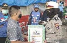 Patroli Polwan Presisi Bagikan Paket dari Irjen Rikwanto untuk Korban Kebakaran - JPNN.com