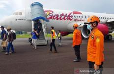 Pemindahan Pesawat Batik Air dari Tengah Landasan Pacu Menunggu Alat dari Batam - JPNN.com
