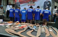 Tawuran Pecah, RH Terjatuh, Tak Ada Ampun, Celurit Menancap Berkali-kali, Ngeri - JPNN.com