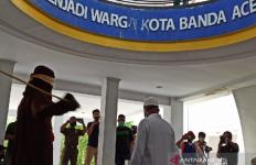 Tepergok Berbuat Dosa, Oknum PNS Ini Dihukum Cambuk - JPNN.com
