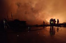 Kebakaran di Bekasi, 6 Jadwal Perjalanan KRL Terganggu - JPNN.com
