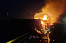 Kebakaran Hebat di Bekasi, Akses Jalur Pantura Ditutup Sementara - JPNN.com