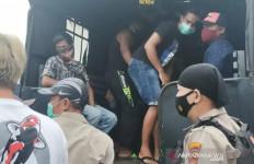 Polisi Gerak Cepat, Geger, Puluhan Orang Diangkut Pakai Truk - JPNN.com