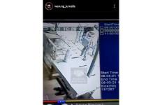 Video Debt Collector Pukul Pengendara Sepeda Motor Viral di Medsos - JPNN.com