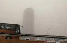 Beijing Diselimuti Kabut Kuning, Jarak Pandang Terbatas, Udaranya Tidak Sehat - JPNN.com